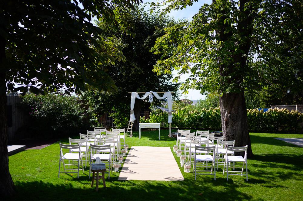Místo na svatbu, olomoucký kraj, letní svatba. Letní svatba, letní svatba inspirace, svatebni fotograf Olomouc, svatebni fotograf, misto na svatbu olomouc a okoli, kde se vzit v okoli olomouce, olomocky kraj svatebni fotograf, svatba v olomouci, svatebni misto olomoucky kraj, fotograf na svatbu, bile svatebni dekorace, bile svatebni zidle, bila svatba, bily koberec, bile zidle, dekorace na svatbu, bila svatba inspirace, obrad zahrada, horni mostenice, svatba místo prerov, prerov fotograf