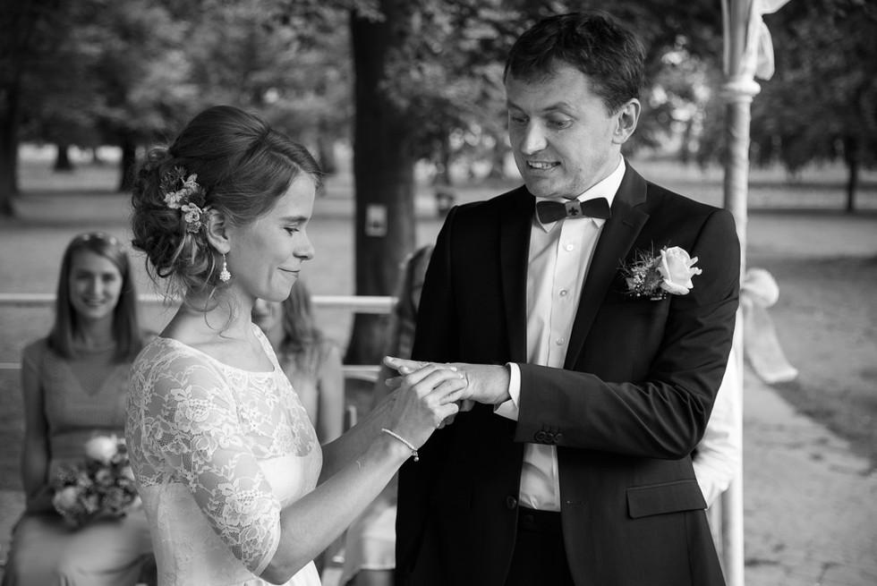 Nasazování prstýnků při obřadu na skautské základně v Hostinné