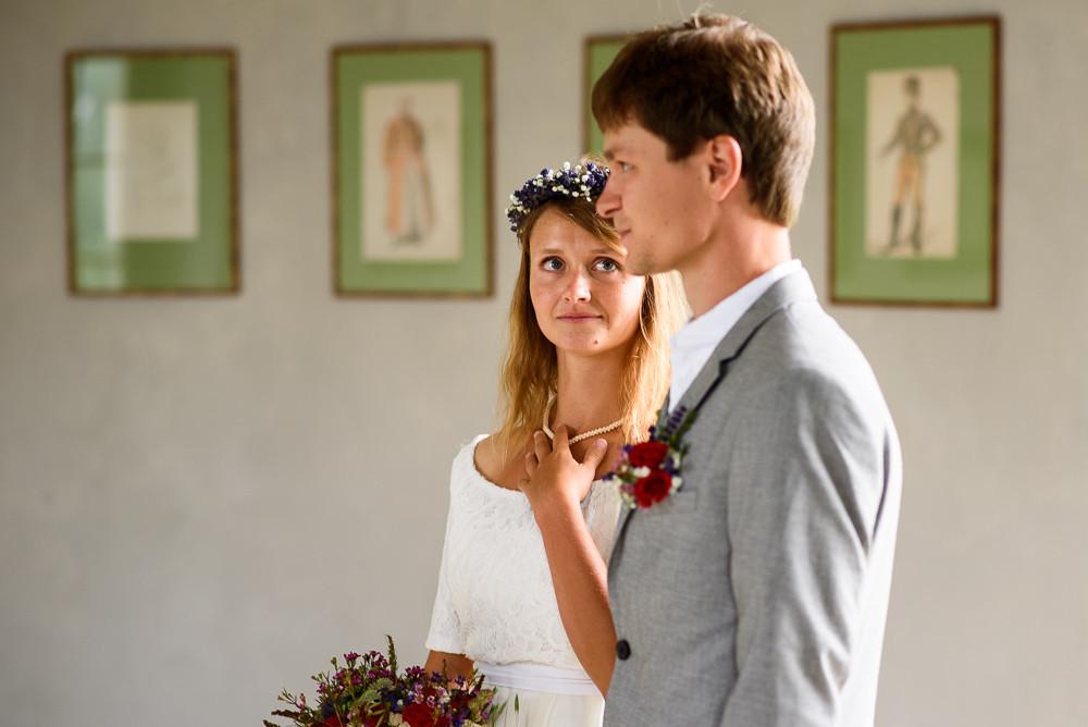 Nevěsta se dívá na svého nastávajícího při intimním obřadu v altánu v zámeckém parku v Čechách pod Kosířem.