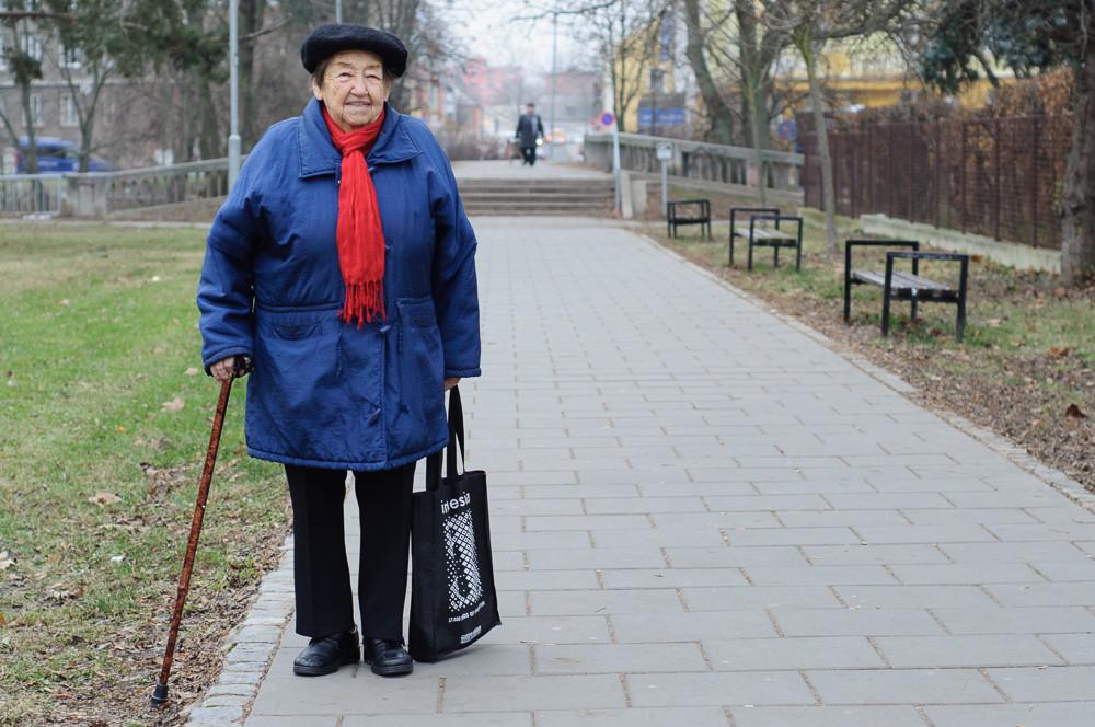 Paní Daruše focena při procházce Olomoucí pro projekt Humans of Olomouc.