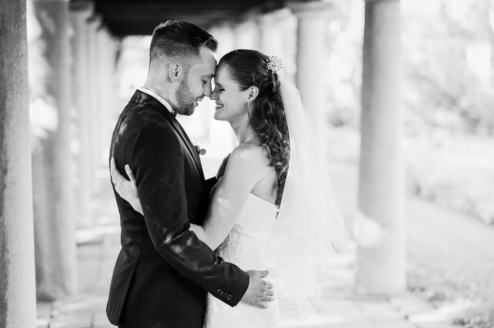 Šťastná nevěsta objímá svého muže při svatebním focení.