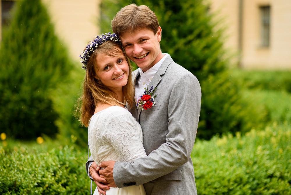 Portrét ženicha a nevěsty na dvoře zámku Čechy pod Kosířem.