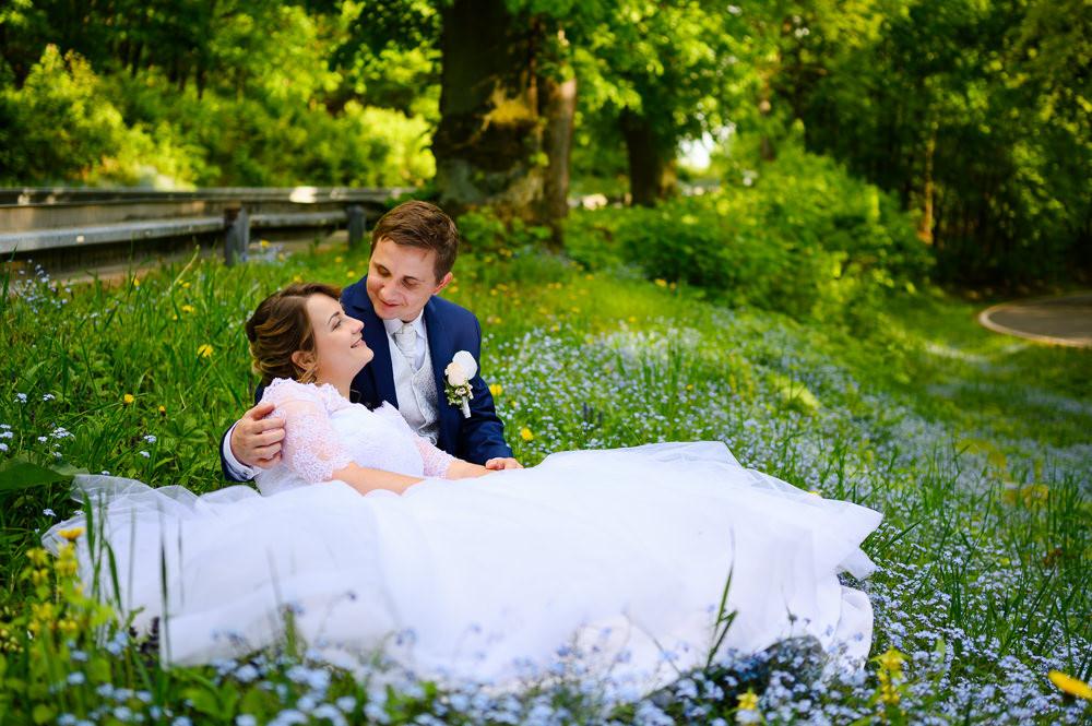 Svatební focení novomanželů na jaře v trávě.