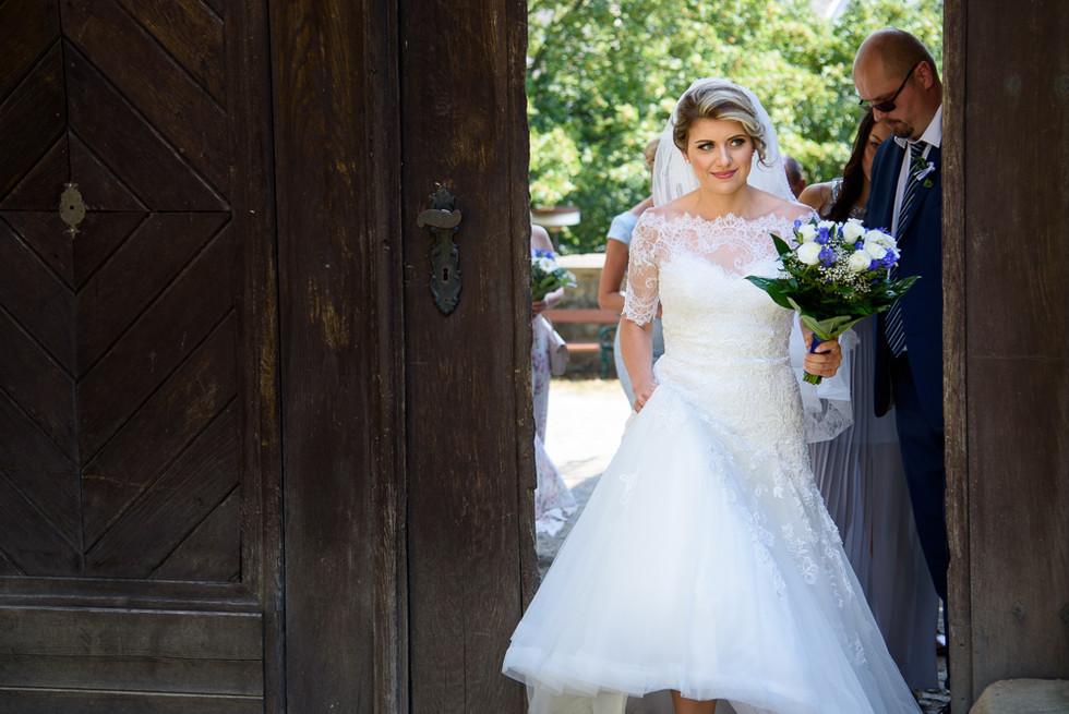 Nevěsta vstupuje do hradu Šternberk plná očekávání
