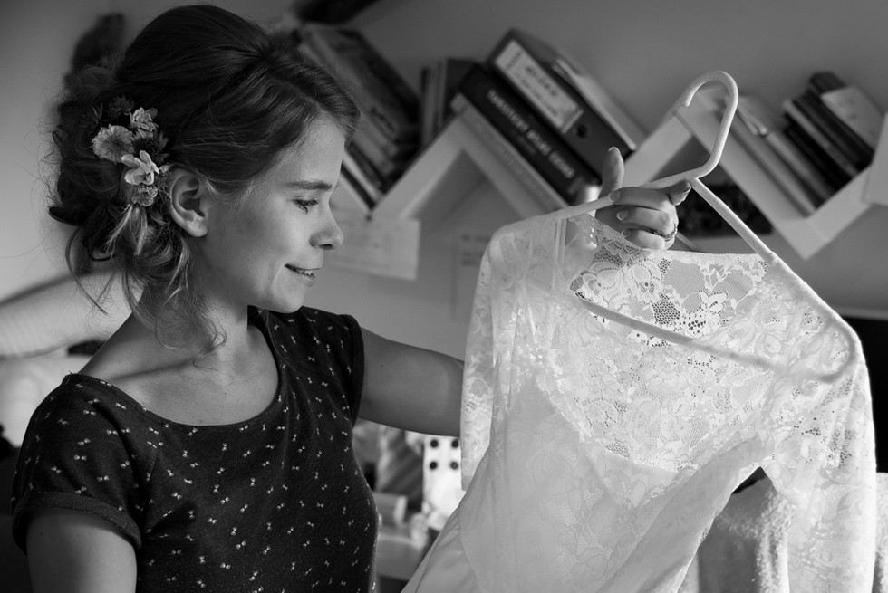 Nevěsta obdivuje své šaty