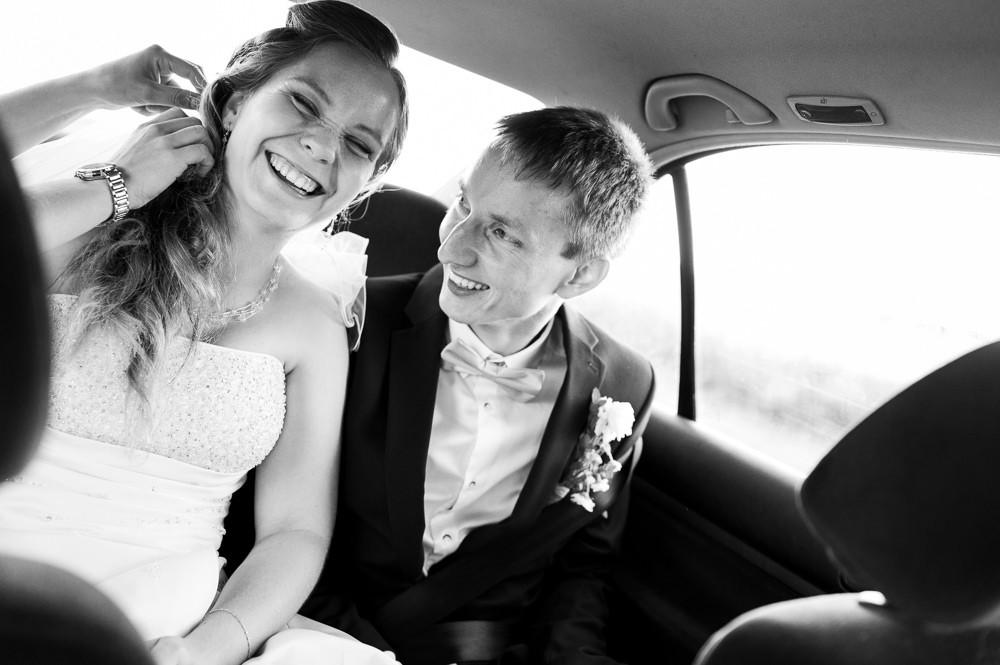 Momentka z auta při příjezdu na svatební fotografování.