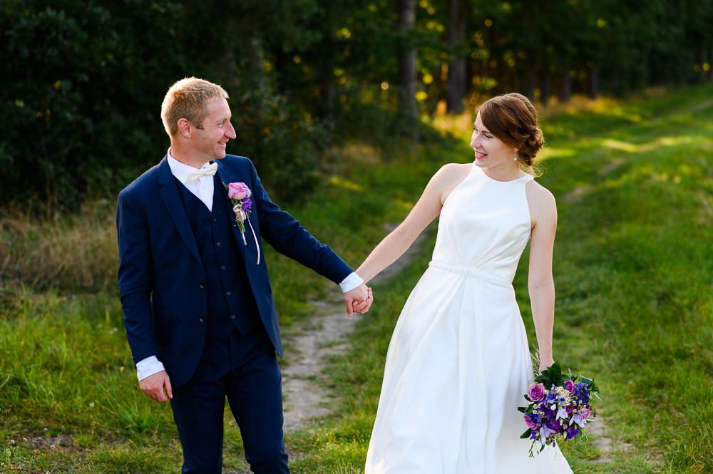 Místo na svatbu, olomoucký kraj, letní svatba. Vilémov, letní svatba, letní svatba inspirace, svatebni fotograf Olomouc, svatebni fotograf, misto na svatbu olomouc a okoli, kde se vzit v okoli olomouce, olomocky kraj svatebni fotograf, svatba v olomouci, svatebni misto olomoucky kraj, fotograf na svatbu, modry svatebni oblek, fialova svatebni kytice, modra svatebni kytice, svatebni oblek, svatebni saty, svatebni kytice inspirace, kremove svatebni saty, svatebni foceni inspirace