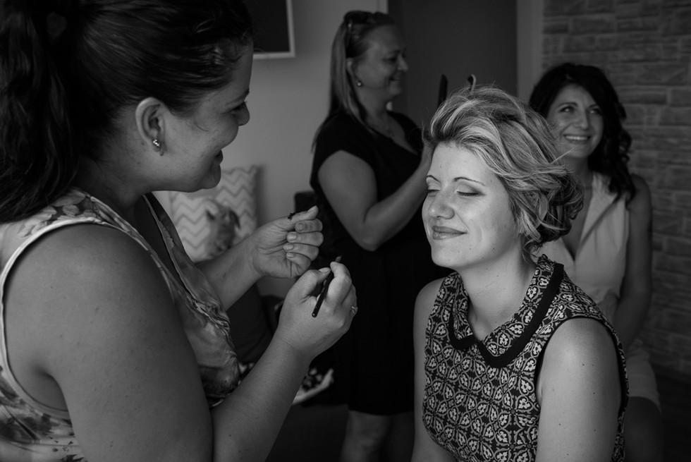 Ranní přípravy nevěsty a její mámy, make-up a vlasy