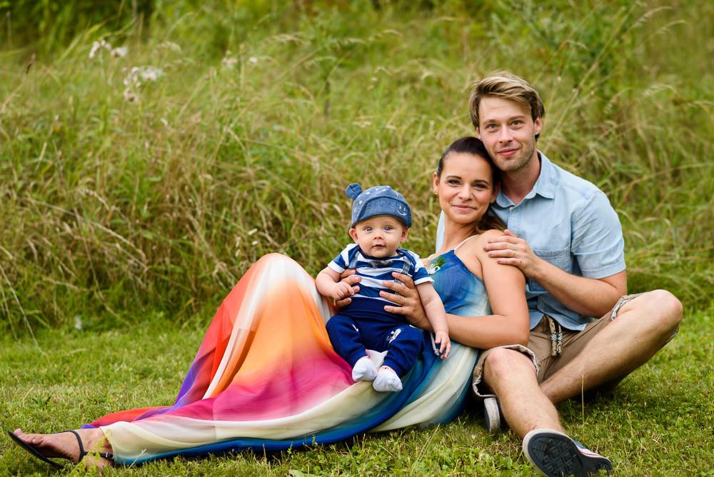Portrét rodiny s malým dítětem pořízený na svatbě.