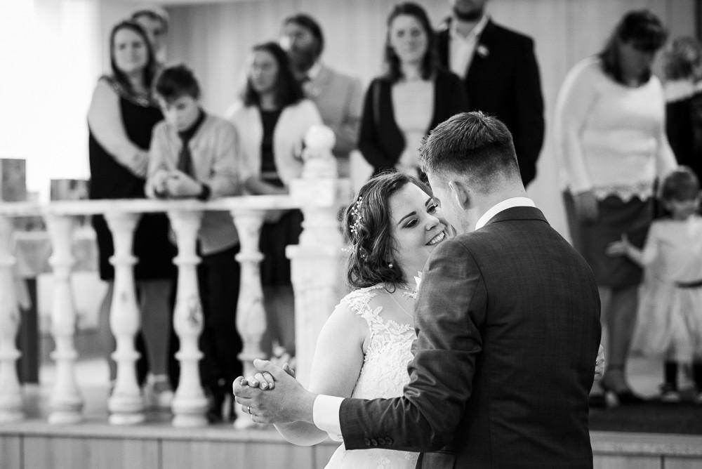 Novomanželé tančí svůj první novomanželský tanec.
