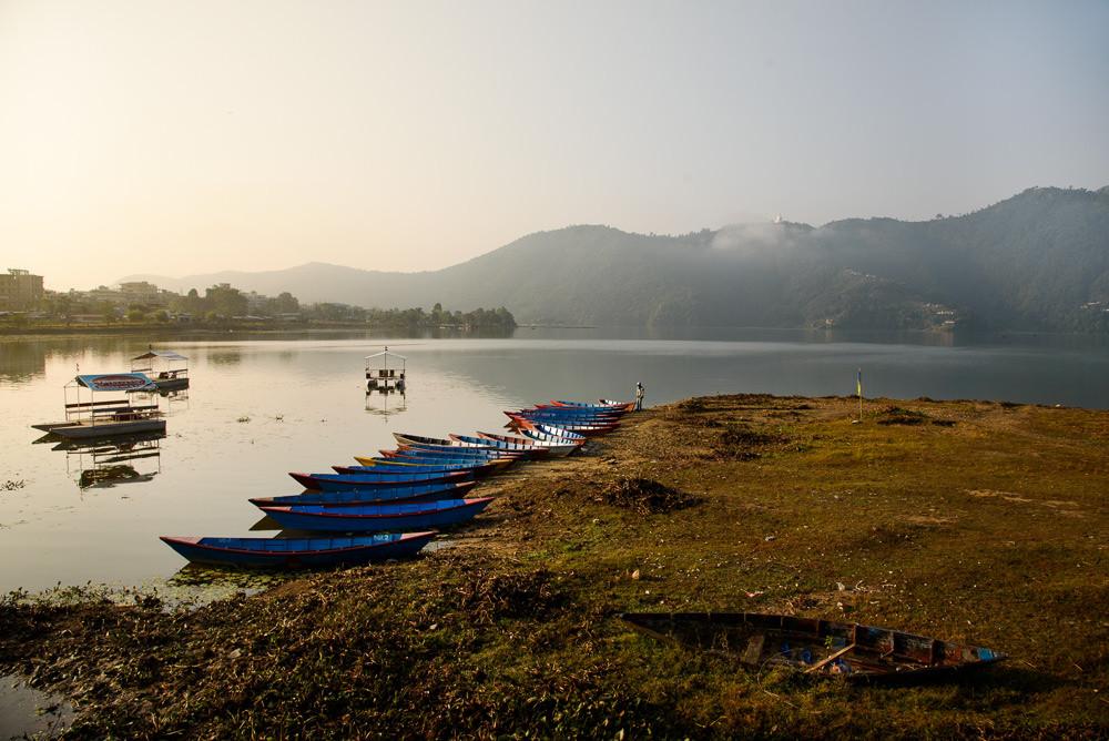 Nepálské jezero Phewa po ránu.