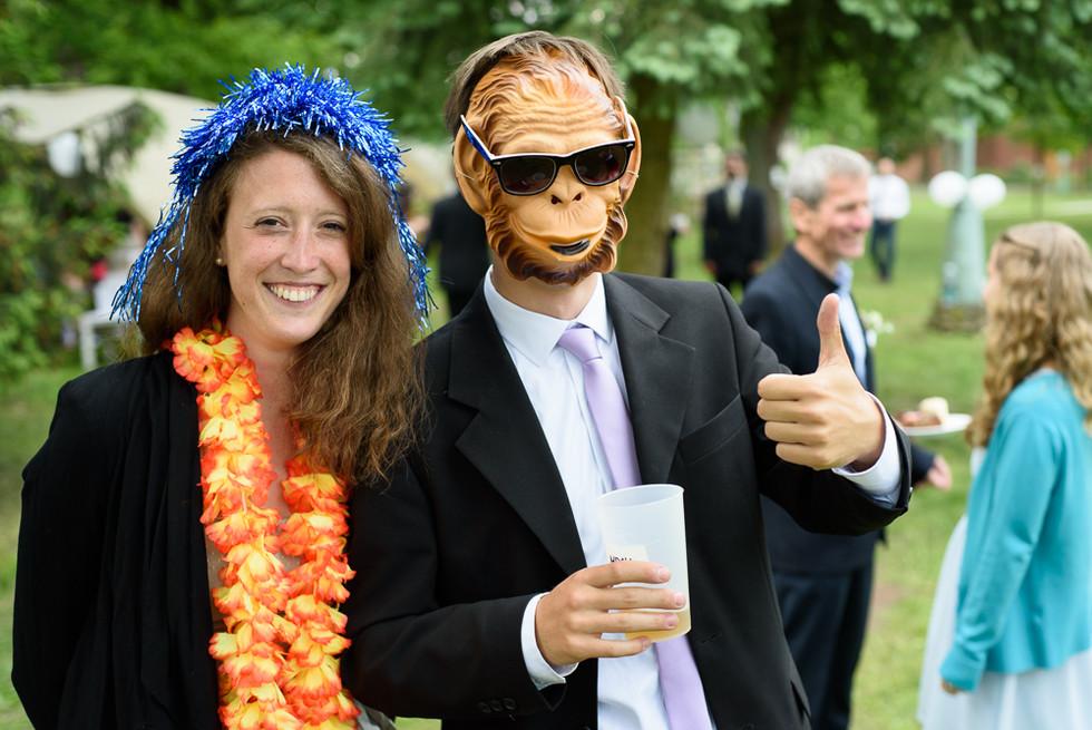Hosté s maskami z fotokoutku
