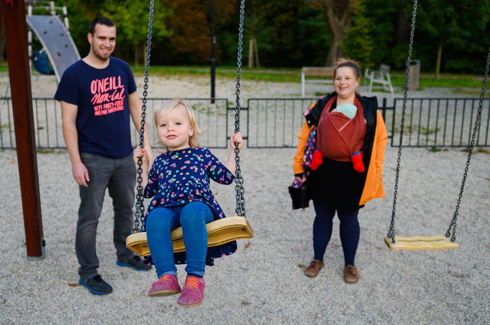 Rodinné houpání v olomouckém parku.