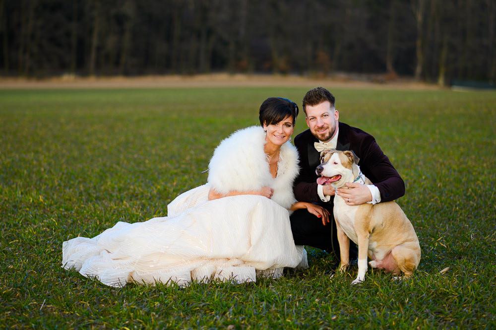 Portrét novomanželů se psem.