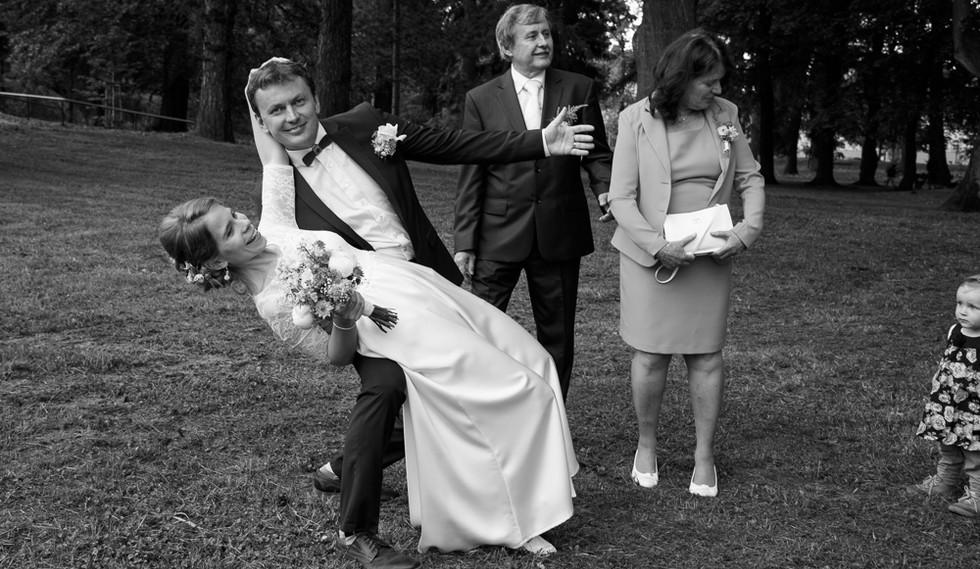 Novomanželé a rodiče při portrétním focení