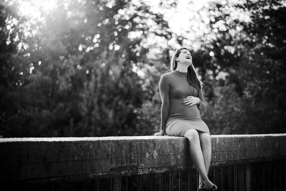 Žena se směje při portrétním focení.