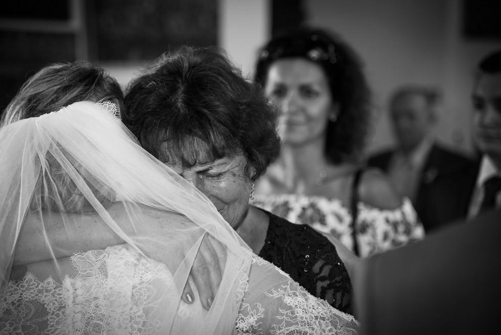 Intimní moment mezi nevěstou a babičkou