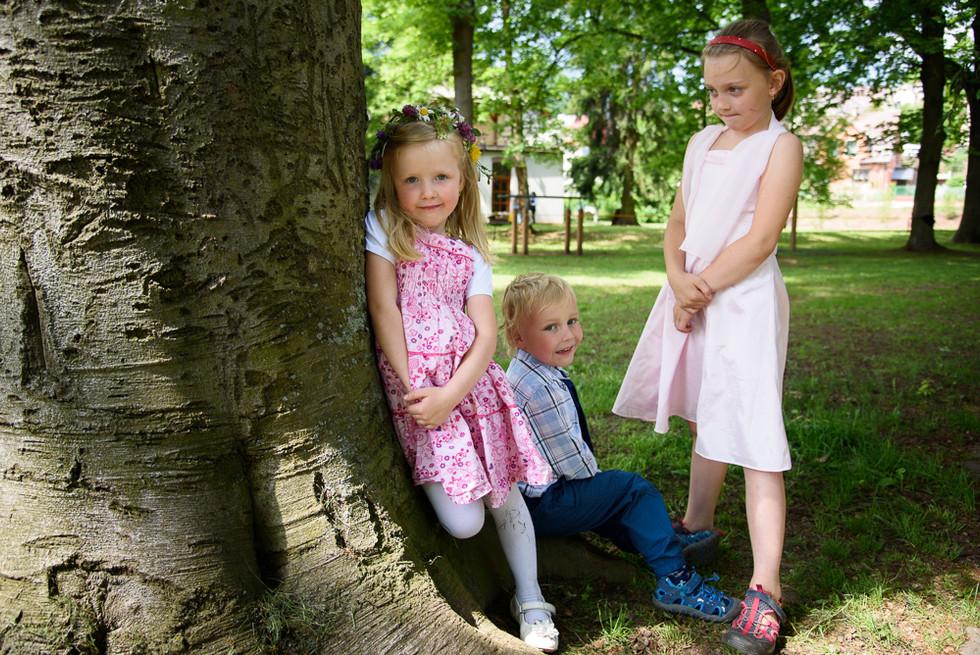 Děti čekají na obřad na skautské základně v Hostinné