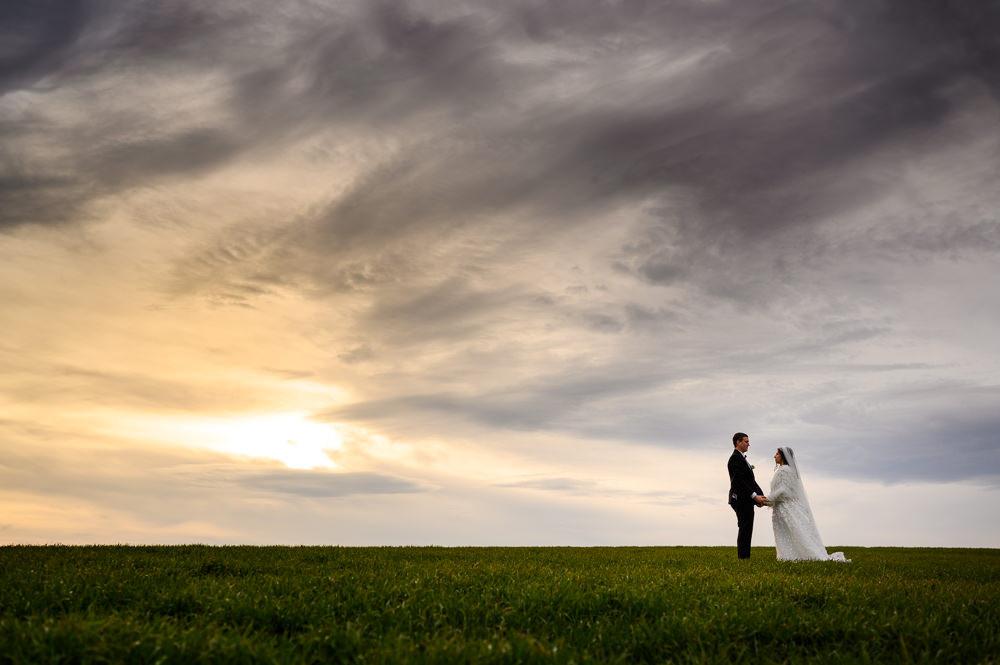 Intimní svatební portrét novomanželů na kopci u Olomouce při západu slunce.