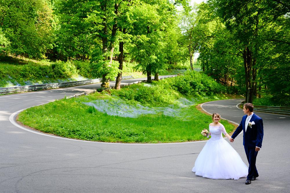 Nevěsta s ženichem se prochází zatáčkou u ecáku u Šternberku.