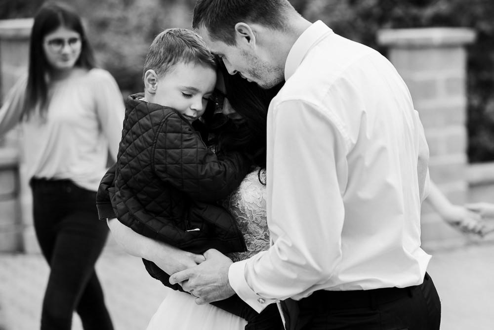 Rodinný svatební portrét při prvním tanci, kdy dítě brečelo a máma nevěděla, co s ním.