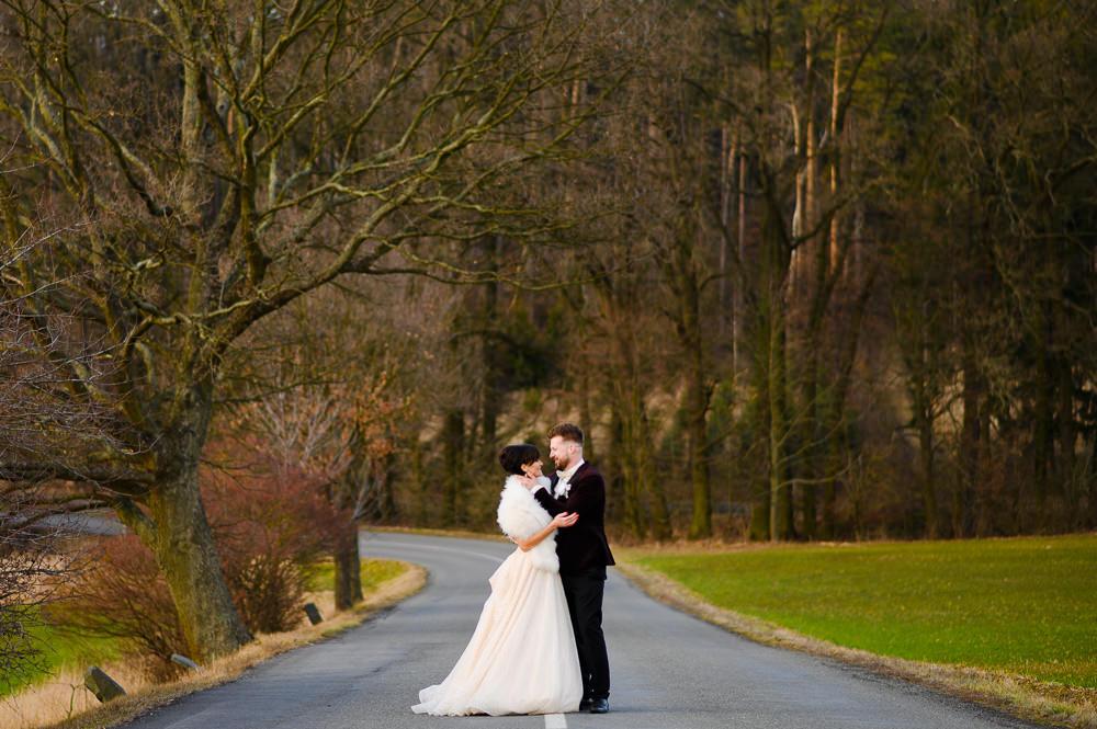 Novomanželé v objetí při zimním novomanželském focení.