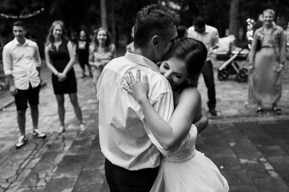 Nevěsta objímá svého tátu na svatbě při prvním tanci.