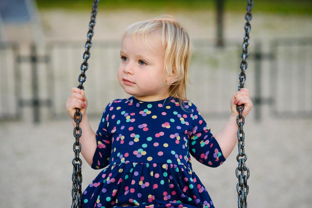 Portrét dítěte na houpačce.