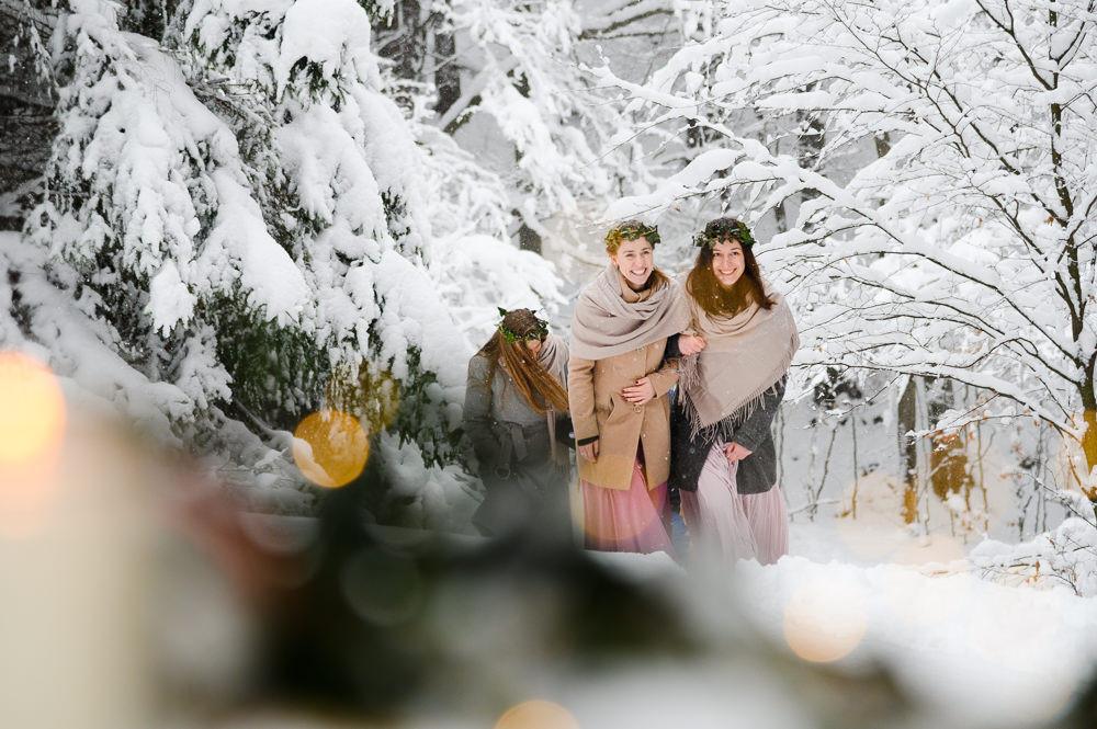 Zimni svatba Beskydy. Zimni svatba, zimni svatba inspirace, zimni svatebni saty, inspirace zimni svatebni saty, svatebni foceni louka, Beskydy svatebni foceni, obrad na horach, svatba v zime, misto na svatbu hory, svatebni fotograf olomouc, olomouc, svatba olomouc, tipy misto na svatbu, zimni svatebni obleceni, svatebni portret, zimni foceni inspirace, zimni svatba na snehu, snih svatba, bila svatba, druzicky svatba, zimni saty druzicky