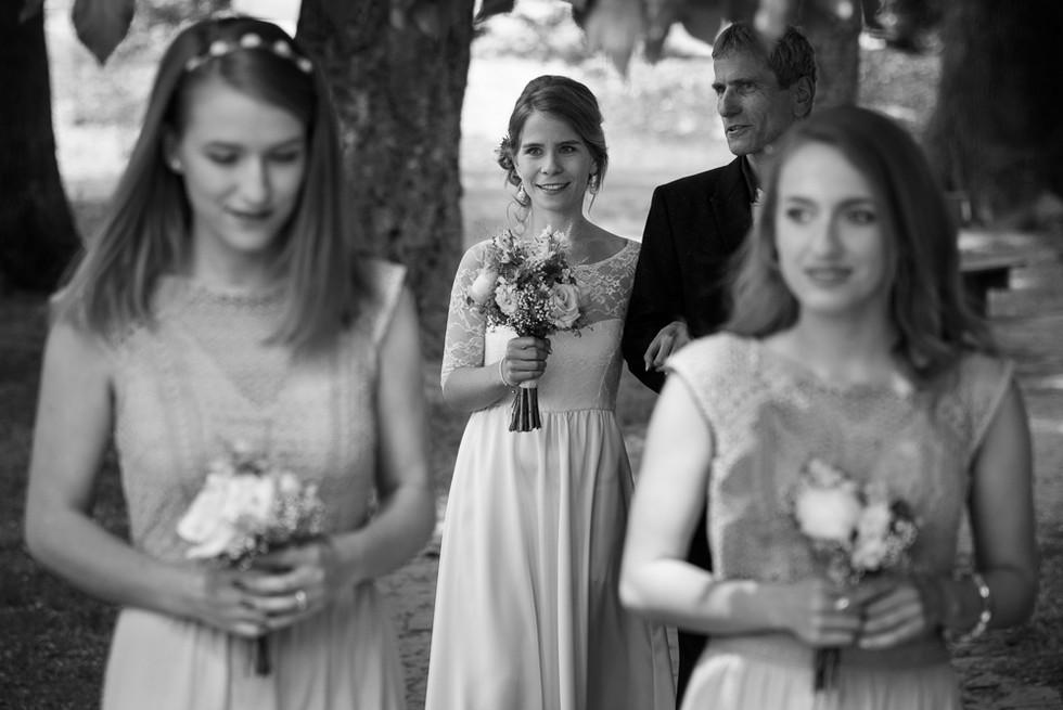 Příchod nevěsty a otce na obřad na skautské základně v Hostinné