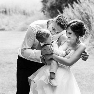 Nevěsta s ženichem objímají svého syna při intimním svatebním focení ve Slatinicích.