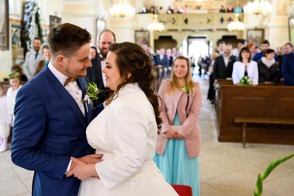 Nevěsta se ženich sdílí pohled poté, co byli prohlášeni za novomanžele.