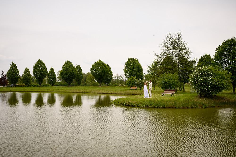 Ženich s nevěstou tančí u rybníka Prachárna.