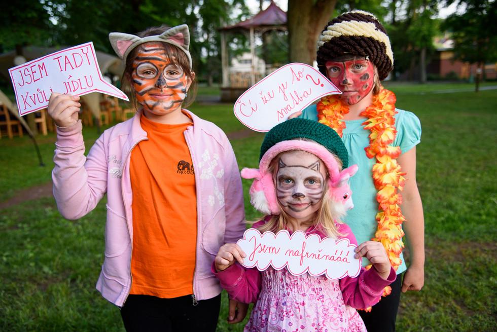 Děti s maskami ve fotokoutku