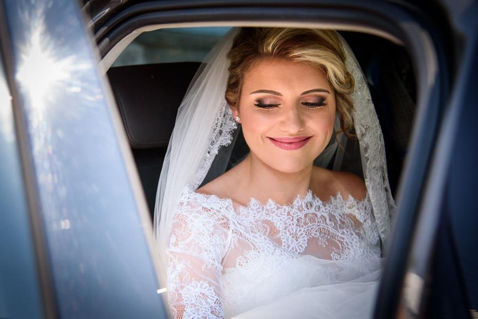 Nevěsta v autě před odjezdem na obřad
