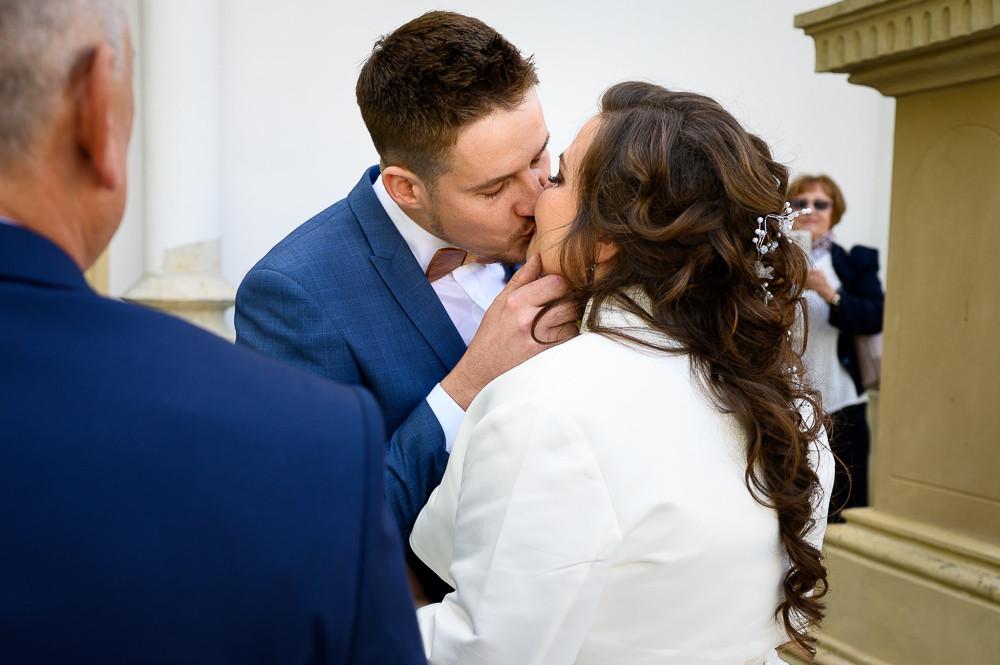 Ženich políbil nevěstu po tom, co jí poprvé spatřil před obřadem,