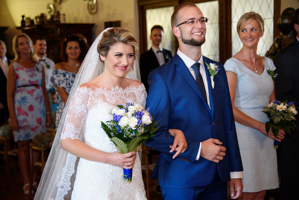 Ženich s nevěstou při obřadu v rytířském sálu na hradě Šternberk