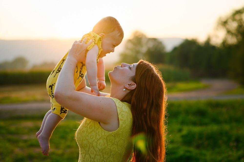 Máma a syn za západu slunce.