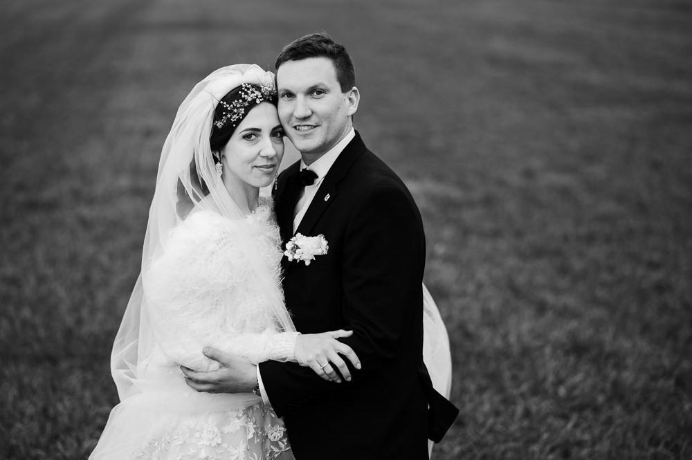 Černobílý portrét novomanželů při zimním svatební focení.