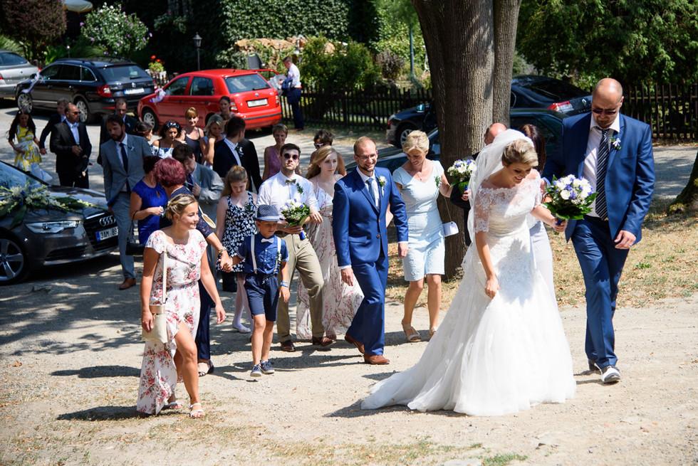 Nastávající se svatebčany při příchodu do hradu Šternberk