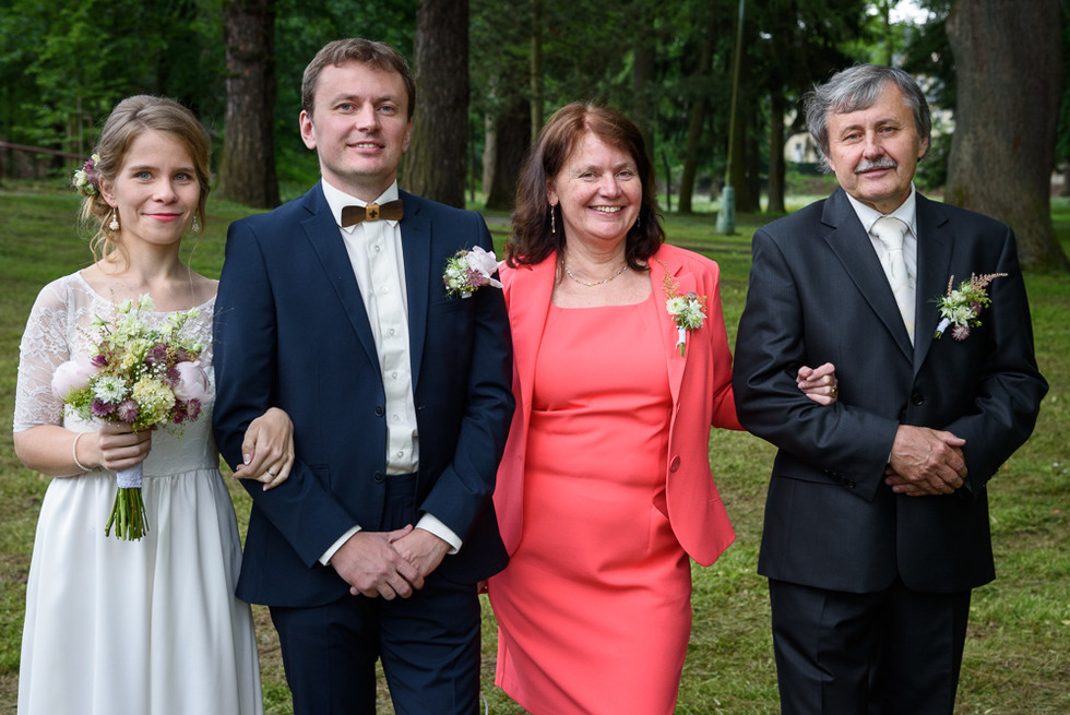 Portrét novomanželů a rodičů ženicha