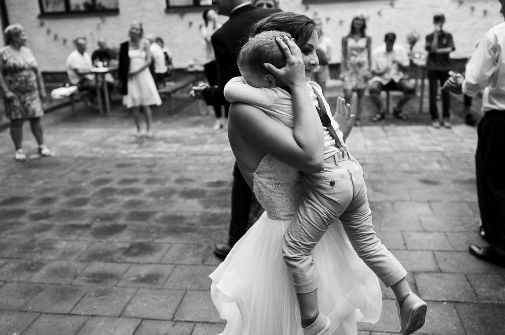 Máma a syn v objetí na svatbě.