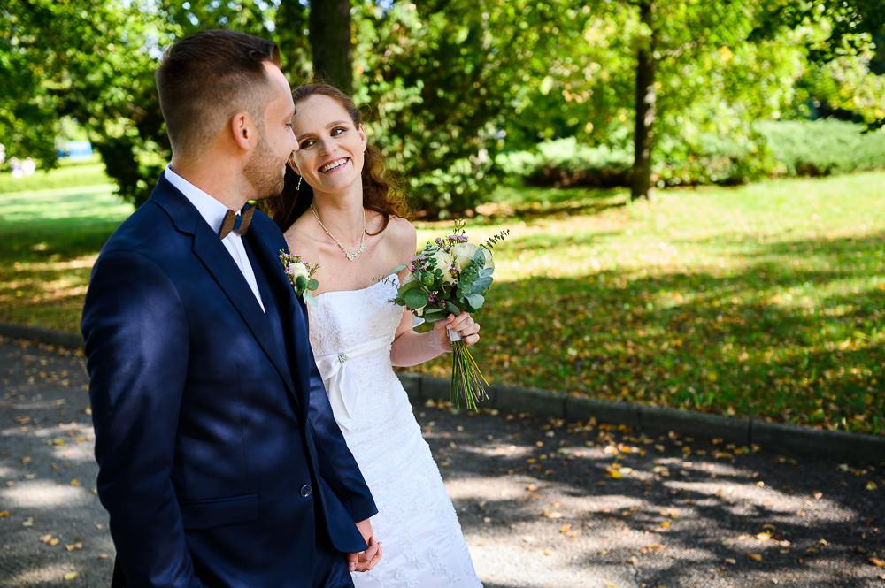 Portrét novomanželů v zámeckém parku.