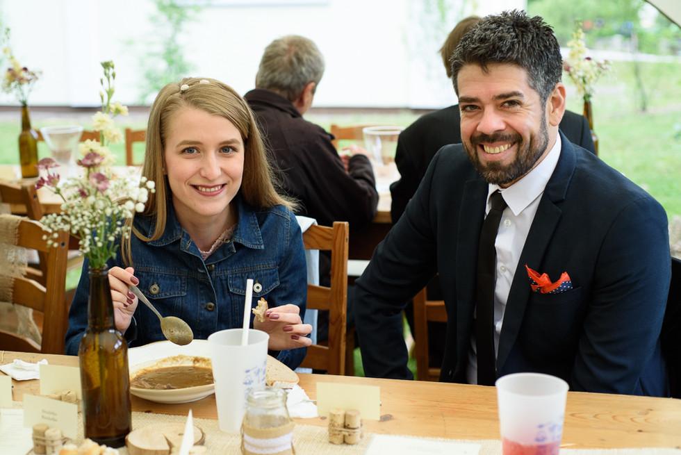 Svatební hosté na skautské základně v Hostinné