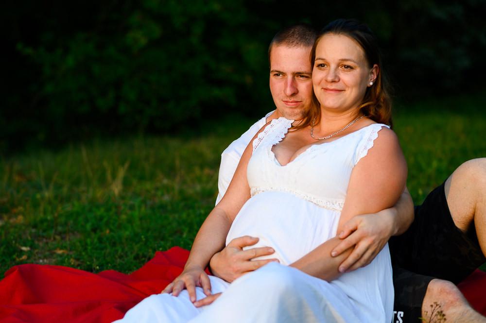Mladý pár v očekávání za západu slunce.