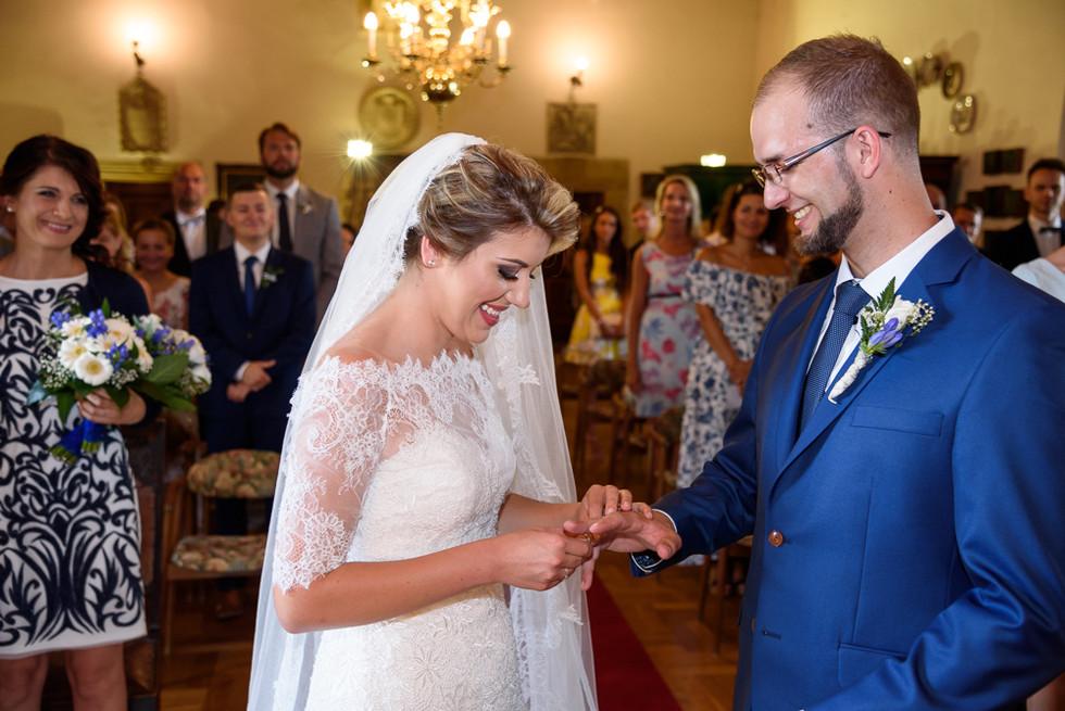 Předávání prstýnků při obřadu v rytířském sálu na hradě Šternberk
