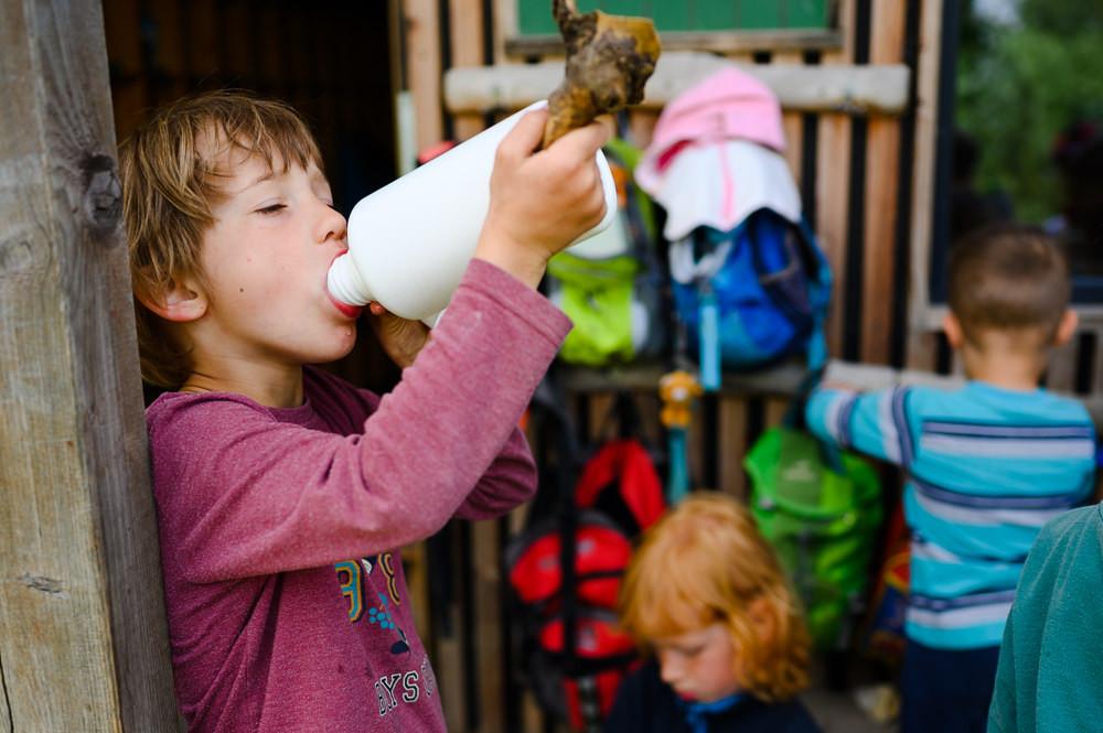 Žák lesní školky dodržuje pitný režim.