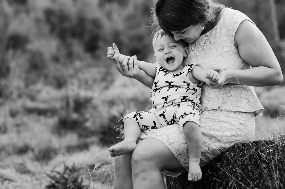 Dítě se směje při focení s mámou.