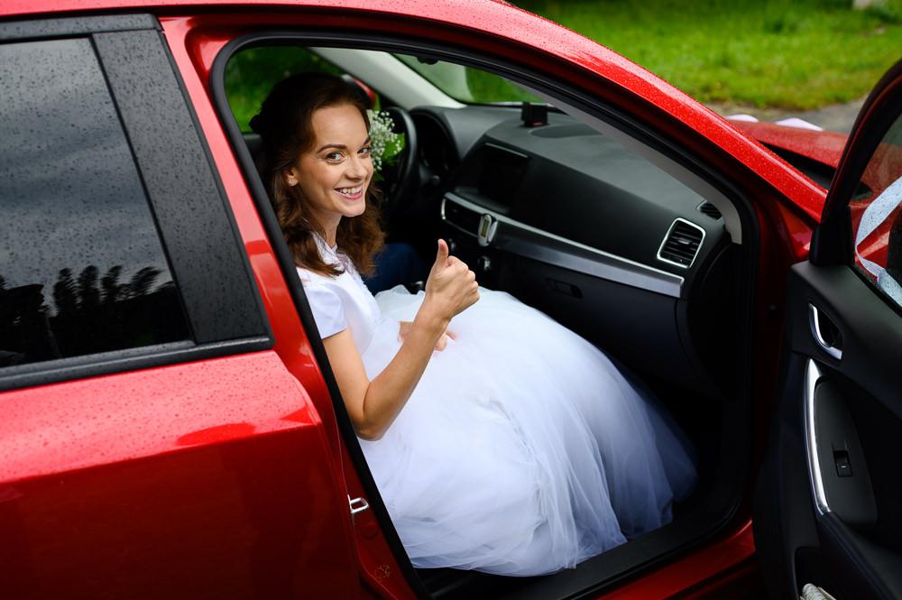 Spokojená nevěsta nasedá do auta připravená k odjezdu na obřad v Olomouci.