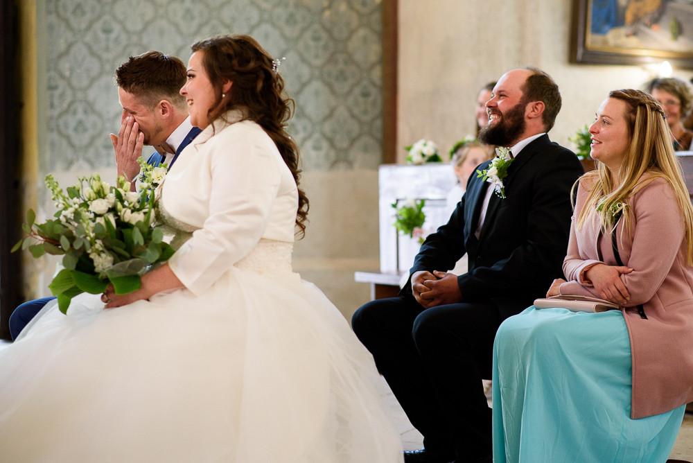 Ženich si utírá slzy při církevním obřadu v kostele v Kladkách.